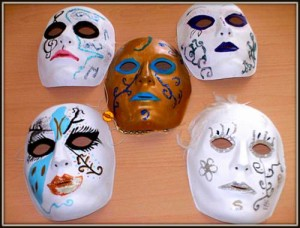 maschere realizzate da giovane con identità di genere aitpica